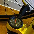 スポーツバイクでは、空気圧のこまめな管理は基本中の基本。 と、ものの本にあったので乗るたびに空気を入れてます。 空気圧が低すぎると、 1)段差でパン...
