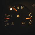 8月7日午後9時44分位ですが、外気温系は28.5℃を示し燃料警告灯が点灯しています。 トリップメーター317キロ、オドメーターは203,530キロ...