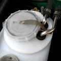 ラジエータ本体、アッパー、ロアーのホースが交換され何事も無かったようにエンジンルームに収まっています。ラジエータ本体に交換日を記載しました。左下に水...