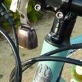 気づきベル 誰かにむかって「鳴らす」ベルではなく、自転車が振動すると「鳴る」ベル。 歩行者が自然にこちらの存在に気付いてくれる確率が高まるという物な...