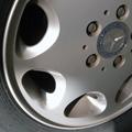 このW124 280Eは2002年1月からこびり付くブレーキダストには縁がない。SSBSのブレーキ整備をやってからは、水洗で簡単に取れるしダストの出...