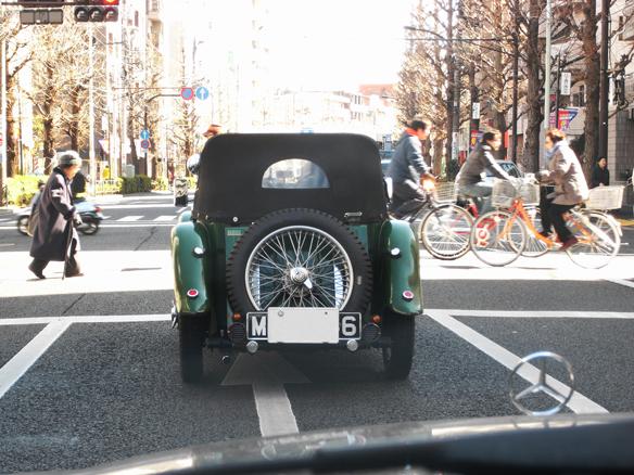 可愛らしいMGの後ろ姿。横断歩道の「ひと」と妙にバランスがとれていると感じました。3台くらい(思考回路が貧乏で、すみません)車が置いておけるなら、その1台にという感じでしょうか。東京で乗る為の実用レベルとは、かけ離れているだろうし1/1モデルをガラス越しに飾り、週1回はエンジンを掛け軽く走らせあげ眺めている。なんてできたら良いですね・・・。