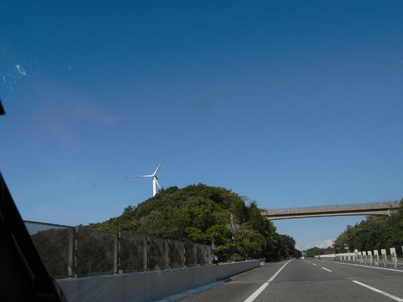 高速道路は混雑もなく快適です。風力発電、寂しく一基だけでお仕事中ですか。