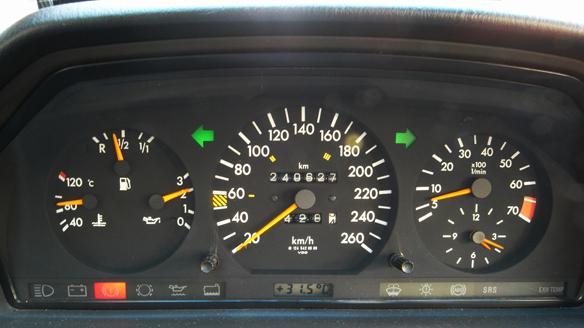 90度辺りを示す水温計の指針。24万キロを過ぎましたが、快調です。(今のところ・・・)