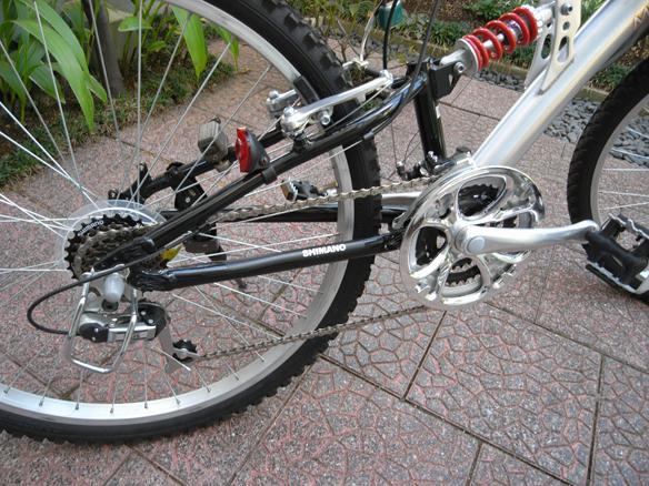2009年に手に入れたサスペンションが付いている21段変速のマウンテンバイク風自転車。勿論まだきれいだった時です。